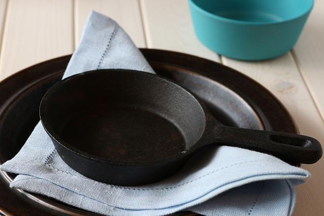 Aangekoekte pannen en bakplaten schoonmaken